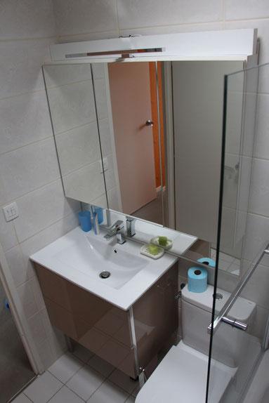 cuisine intérieur design  toulouse salle de bain avec wc moderne tendance blanche et carrelage beige crème
