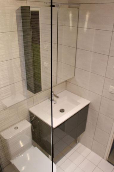 cuisine intérieur design toulouse salle de bain avec wc laque brillante grise carrelage strillé