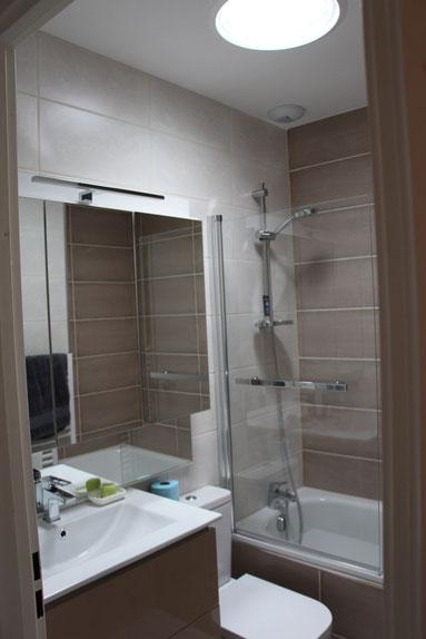 cuisine intérieur design  toulouse salle de bain avec wc moderne tendnance blanche et carrelage beige crème et carreaux de ciments