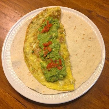 Tortilla met omelet en guacamole