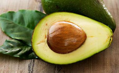 aufgeschnittene Avocado mit Kern