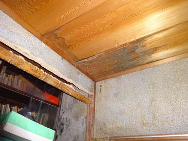 天井の木材に雨染みが…
