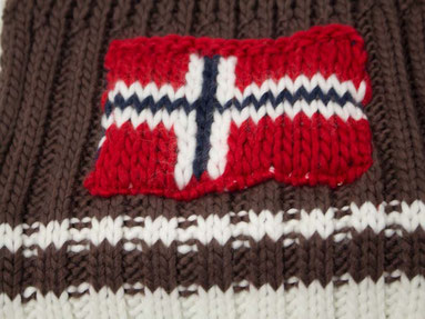 Brauner Strickschal mit Norweger Flagge