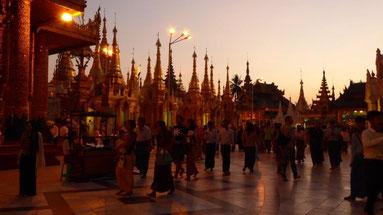 Bild: Sonnenuntergang auf der Shwedagon Pagode
