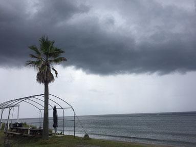 午前中はこんな黒い雲が・・・