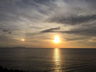 夕日の左横に虹みたいな、なんとか現象?なんだったけな?