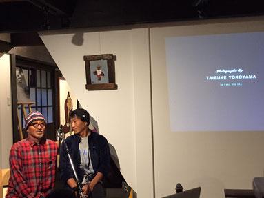 泰介さんと大児さんが泰介さんの撮られた写真のスライドショーをみながらのトークショーの始まり。