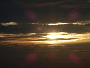 今日も雲の合間から強い光を放っていました。