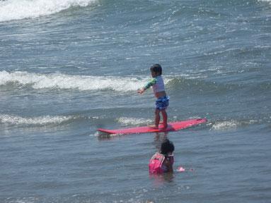 からの、なんと3歳児初サーフィンで立ちました~!!HRくん将来有望!!