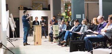 Impact Hub, Wortwechsel in Violett