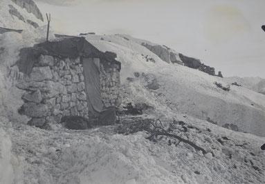 Ein eingenommener italienischer Unterstand. Davor die Rucksäcke der Gebirgsschützen. Sammlung Isonzofront.de