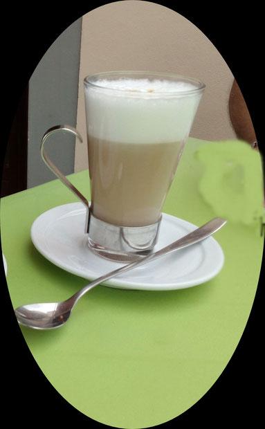 ein Glas Latte Macchiato