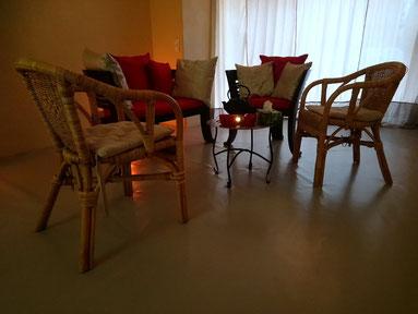 Stühle stehen im Kreis bereit für einen Workshop in einem Yogastudio oder Coachingstudio