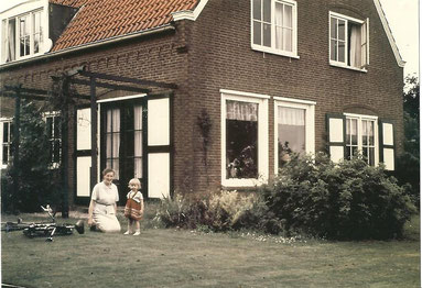 Maike Aden as a three-year-old child with her mother during a holiday stay in the parsonage in Drieborg (NL) of Bas Jan Ader's mother, Johanna Adriana Ader-Appels