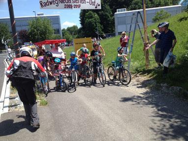 Stimmungsbild vom Start der fünf Schüler, die das rote Band durchschnitten und damit das Zeichen zur Fahrt von Henau nach Niederstetten setzten.