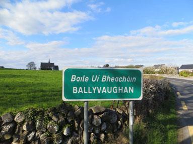 Ortsschild von Ballyvaughan am Ortseingang.