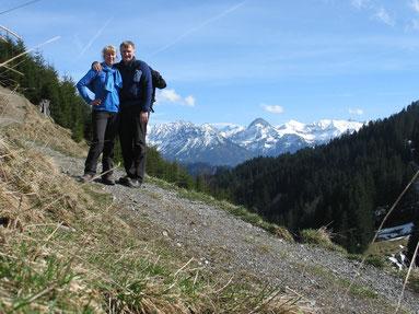 Hinter uns die Allgäuer Alpen