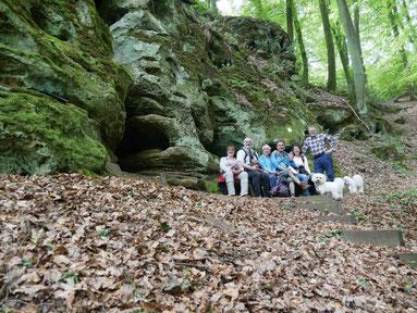Gruppenbild an der Grotte Hexelee
