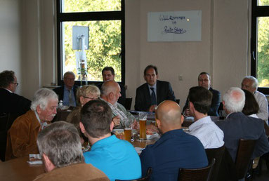 Der FDP-Vorstand sucht mit Eberhard Kanski vom BdSt und Stadtkämmerer Lars-Martin Klieve Wege aus der Schuldenfalle.