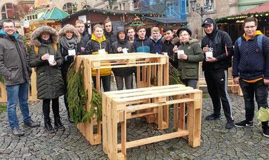 Die IGS-Schüler präsentieren sich mit ihren Möbeln, die sie im Unterrichtsfach Werken für den Weihnachtsmarkt angefertigt haben. Als kleine Anerkennung gab es Schmalzkuchen. Privat