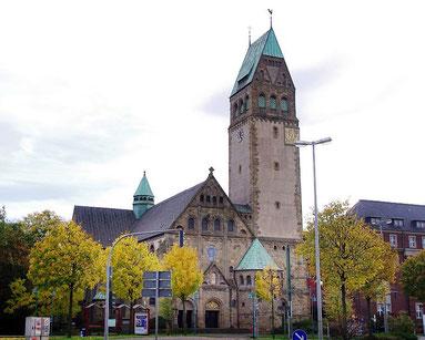 Die St. Bonifatiuskirche in Hochfeld: Es ist interessant und macht Spaß, in den Pfarrchroniken über die Baugeschichte des eindrucksvollen Gotteshauses zu lesen, das vor 100 Jahren eingeweiht wurde. (RP-Foto: Ralf Hohl)