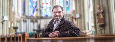 Stephan Koch ist Diakon und koordiniert die Flüchtlingsarbeit. Viele Kirchenmitglieder, die Caritas oder die Familienbildungsstätte machen bereits eigene Angebote. (WAZ-Foto: Lars Heidrich)