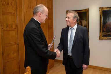 Bischof Overbeck überreicht Fritz Stockhofe das Ehrenzeichen des Bistums. (Foto: Achim Pohl | Bistum Essen)