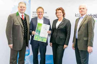 Mag. Erich Dulle (2. von links) mit der Auszeichnung
