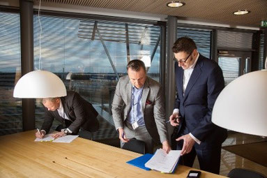 Exects of both enterprises seal the Finnair Cargo – Mercator deal  -  credit Mercator