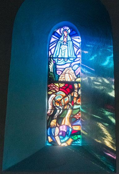 Buntes Kirchenfenster in der Chapelle Notre Dame de Consolation in Vesly in der Normandie