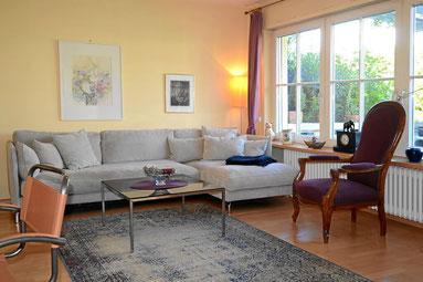 Wohnzimmer im klassischen Landhausstil, aber mit moderner Technik