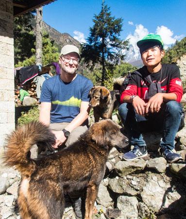 Micha und Guide Jiten mit den Keks-Verliebten Hunden