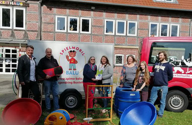 Helene Hesse (4. v.l.) übergibt den Scheck der Town&Contry Stiftung an SJR-Geschäftsführerin Erika Schulz (3. v.l.) und Spielmobil-Leiter Jörg Blanke (2. v.l.) - Foto: T&C