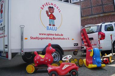 """Das Spielmobil """"Balu"""" ist ein mobiler Spielplatz mit buntem Spielmaterial für draußen. Foto: SJR"""