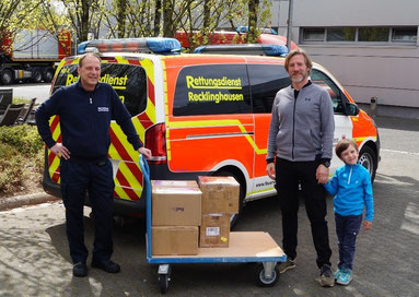 Stefan Beese (Rechts) übergibt dem Leiter der Abteilung Desinfektion der Feuerwehr Recklingahusen, Thomas Müller die 3.000 Schutzmasken