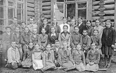 Первая школа — молодая учительница Галина Петрова со своими учениками. г. Козловка, Чувашия , 1949 г.