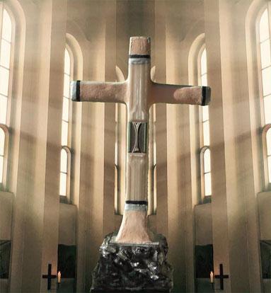 Prunkvolles Standkreuz mit Steinen