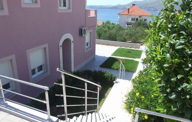 Апартаменты на Чиово (Трогир) с территорией, рядом с пляжем