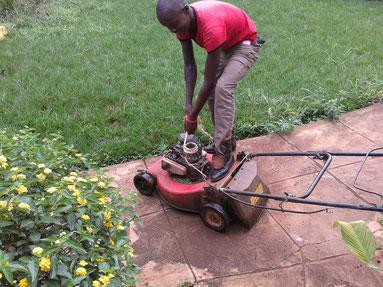 Mit einem Seil wird der Rasenmäher angezogen...