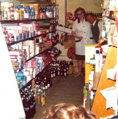 Reinhold Sandvoß und seine Frau Christa im alten Stubenladen, Anfang der 70er Jahre.