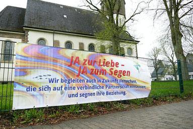 """Foto des Banners """"JA zur Liebe - JA zum Segen"""" an der Hauptverkehrsstraße Rathausplatz"""