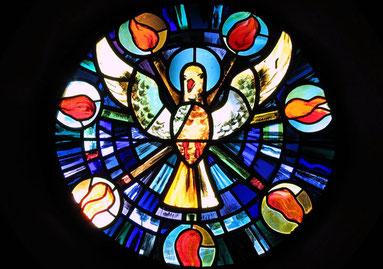 Kirchenfenster mit Taube; Foto: Erich Keppler/pixelio.de