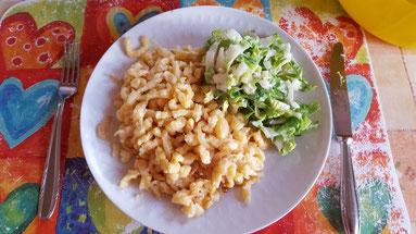 Käsespätzle mit grünem Salat