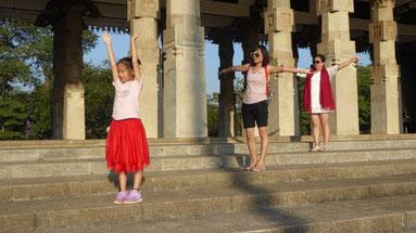 Bild: Drei Generationen posieren auf den Stufen eines Tempels in Sri Lanka