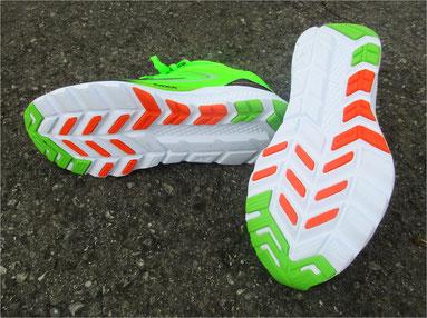 Der Schuh verfügt über Gummierungen für zügiges Laufen mit Grip-Eigenschaften.