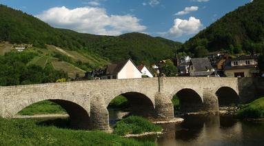 Der Rotweinwanderweg führt auch am Weinort Rech vorbei, wo die St. Nepomuk-Brücke das prägende Bauwerk ist und die älteste Brücke über die Ahr darstellt.