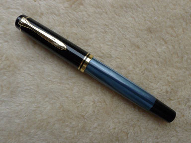 Und mit ihm hat alles begonnen. Ein Pelikan M200, blaumarmoriert (sog. Rundkopf-Modell bis 1997)