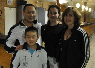 Sensei Sun Woo Delneufcourt en zoon Mateo en Sensei Martine Demeyer en dochter Dempsey