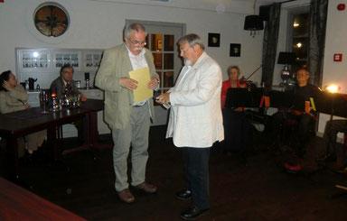 Der Vorsitzende der IgdA, der Wiener Schauspieler und Schriftsteller Othmar Seidner, überreicht den Preis an Eckhard Erxleben.