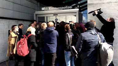 Journalisten belagern den Ein- und Ausgang zum Gerichtssaal in Schafisheim.